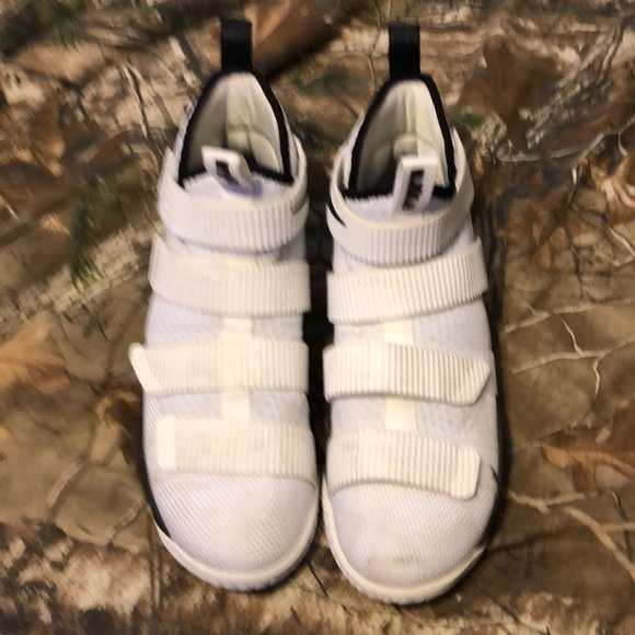 25cc7122c8d Men s 8.5 Lebron James Soldier 11 shoes. M 5b37c2fb4ab63392676f17e4